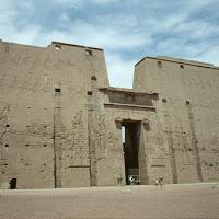 40.- Templo de Horus en Edfú. Pilonos