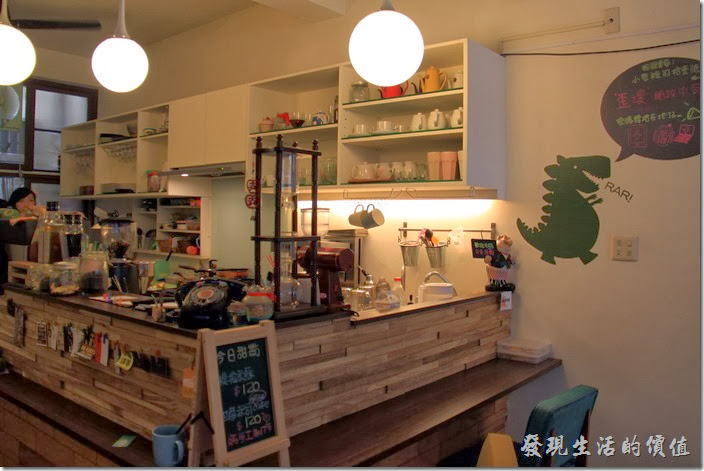 「小巷裡的拾壹號」一樓的吧台與櫃台。