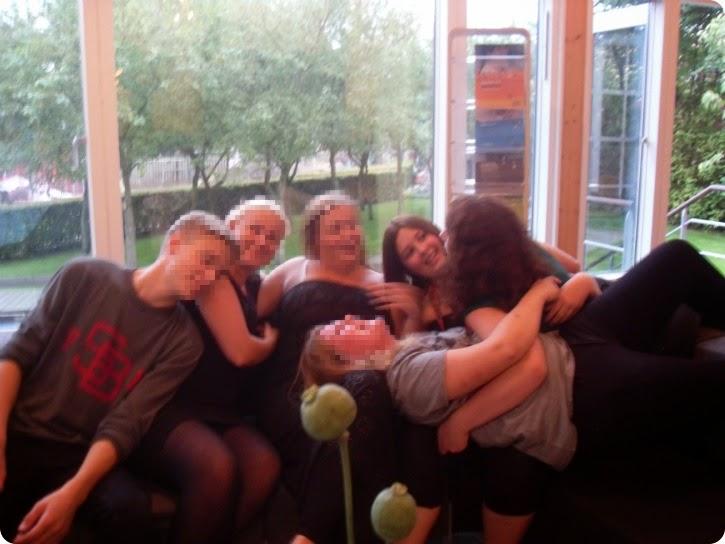 Emilie, sammen med nye venner