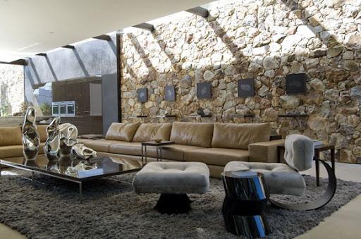 el diseo de esta casa imponente donde el exterior y el interior se confunden est amueblada con materiales sostenibles y primas el suelo de piedra caliza