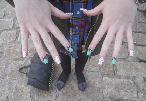 SNOWBALL AND BOW NAILS 2