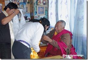 Rosana recebendo as bençãos do Lama Geshe