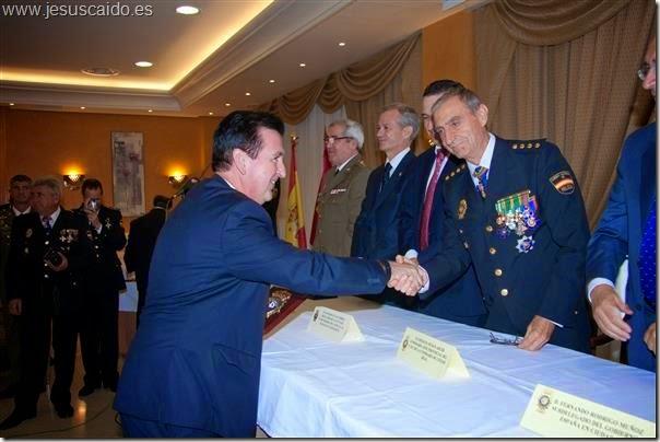 Momento en el que el secretario general recoge el reconocimiento de manos del Comisario Provincial