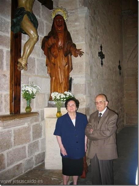 Mi Madre (Q.E.P.D.) y mi padre, posan junto a la Virgen de la Esperanza en el mes de mayo de 2005