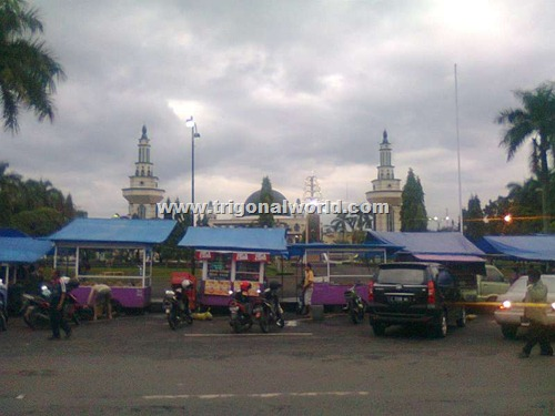 Pedagang Kaki Lima dengan latar Mesjid Agung Ciamis_www.trigonalworld.com