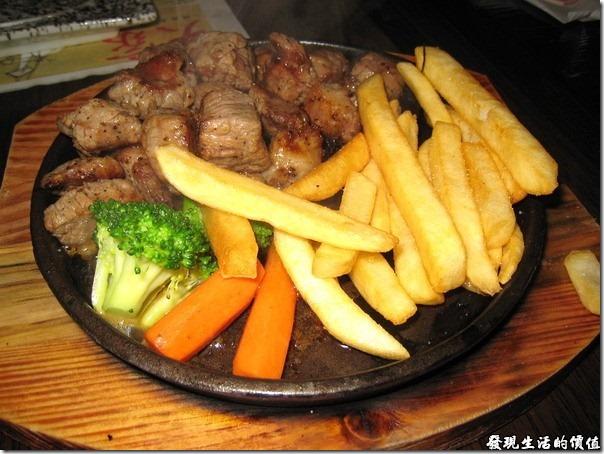 上海壽司天家。有同事不吃生魚片,真的是太可惜了,改換一盤鐵板牛肉,原來六片生魚片值這個價錢。