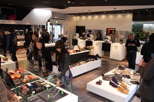 eva-store-11-22-11-030_640x427
