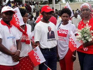 Des militants de l'Union pour la Nation Congolais (UNC) venu accueillir Vital Kamerhe à l'aéroport de Kindu (Maniema), le 17/11/2011. Radio Okapi