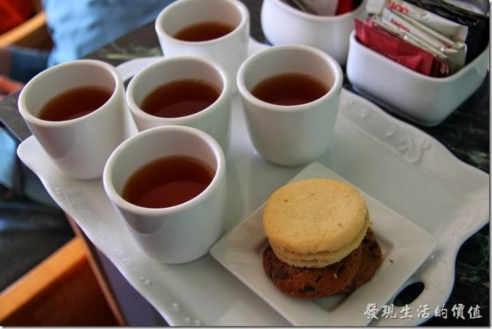 花蓮-翰品酒店。進入客房不久,就有服務人員送上這裡的茗茶及小點心,真的非常貼心。