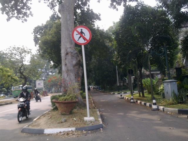 Pejalan kaki dilarang lewat.jpg