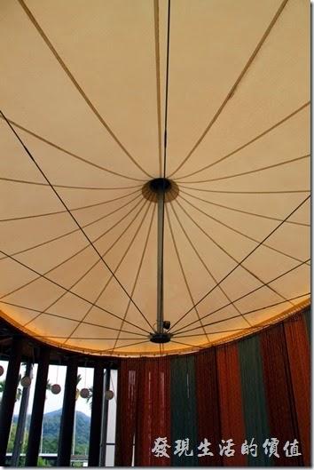 南投紙教堂的屋頂採用圓形的天穹設計,上面使用了類似帆布的白色材料可以防水,也可以透出陽光,降低能源的使用。