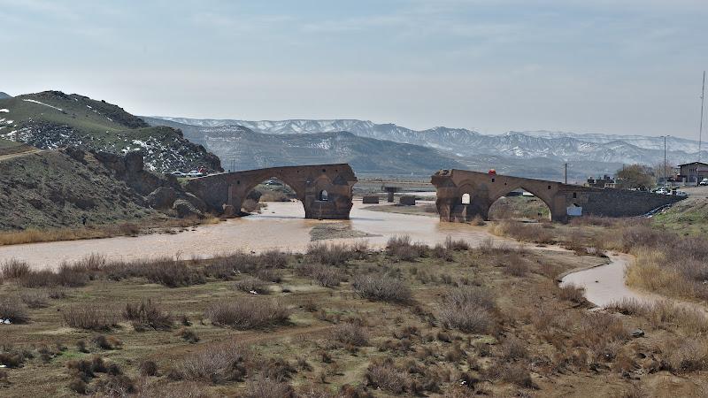 Podul istoric de langa Myaneh, vechi de 800 de ani pana cand a fost distrus de rusi in vremurile recente.