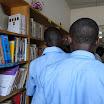 Les élèves de Conception immaculée découvent les nouveaux livres. Don de l'aoe..JPG