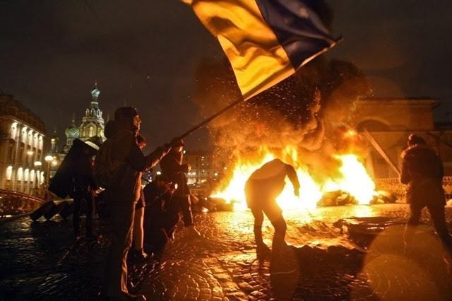 23fev2014---ativistas-russos-da-oposicao-fazem-protesto-em-apoio-a-revolucao-na-ucrania-queimando-pneus-de-carros-no-centro-de-sao-peterburgo-na-russia-nas-primeiras-horas-deste-domingo-23-1393158869215_1024x682