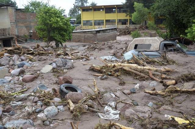Mud and rubble cover vehicles and homes were swept away after a landslide caused by heavy rains came down on a low-income neighborhood in the city of Chilpancingo, Mexico, on Monday, 16 Septemer 2013. Photo: Alejandrino Gonzalez / AP