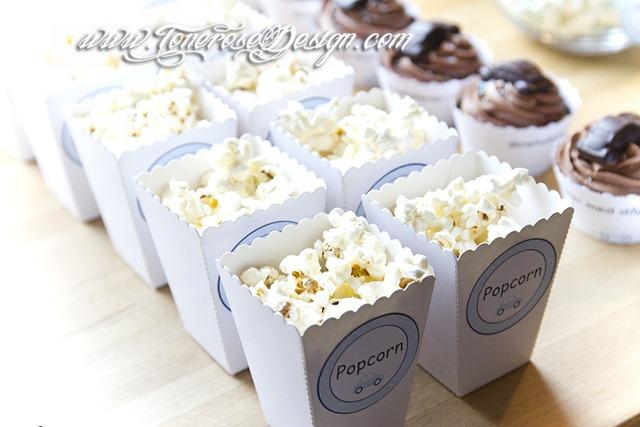 Popcornbokser lyseblå etiketter - gratis print på bloggen