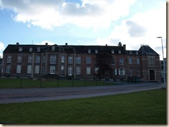 Munsterbilzen, Abdijstraat: abdissenhuis en rechts de hoofdingang