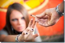 Una ragazza fuma uno spinello