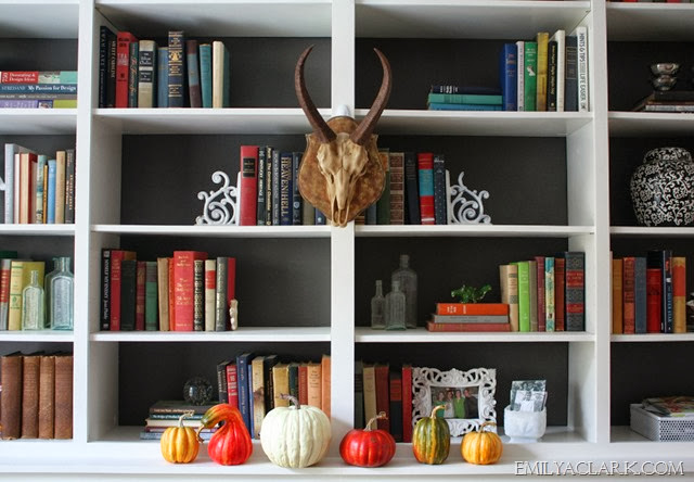 accessorizing-bookshelves-for-Fall