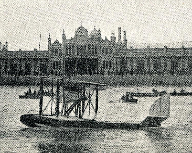 El Savoia S-9 frente a la Estación Maritima de Barcelona. Toto de la revista CATALUNYA MARITIMA. Año 1920.jpg