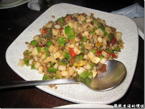 台北-魯旦川鍋。青椒皮蛋:青椒、皮蛋、洋地瓜、荸薺切釘下去炒,還加了一點點辣椒。但好像吃不到皮蛋的口感及味道。