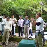 森の奥深くを流れる渓流での調査活動について説明を受ける / Got lectured on the research of the ecosystem in the mountain stream.