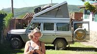 ... unterwegs mit ihrem Mercedes Jeep