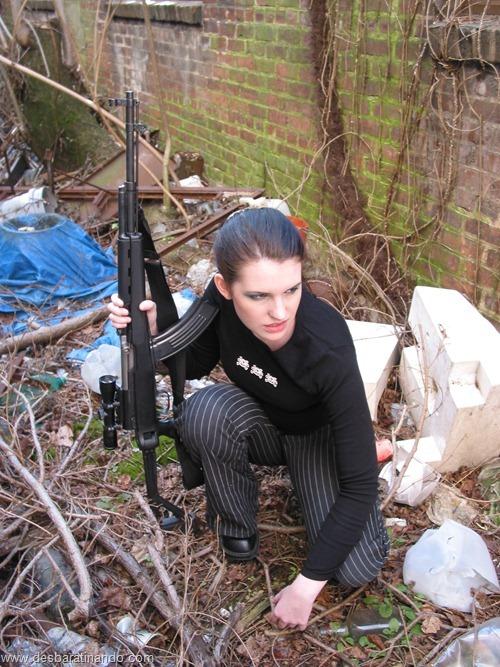 gatas armadas mulheres lindas com armas sexys sensuais desbaratinando (21)