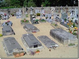 Les tombes de la famille de Kersabiec (au 1er plan)