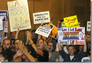 Immagini dei festeggiamenti a New York dopo l'approvazione della legge sul matrimonio gay nello Stato di New York