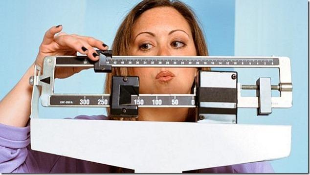 Mulher-pesando-balanca-size-598