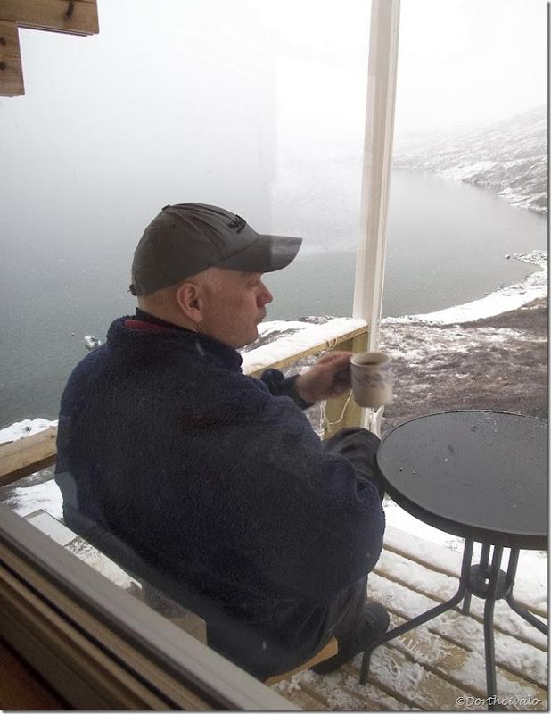Han føler sig som en rig konge, når han sidder på sin terasse og skuer ud over fjorden. Han slapper af og finder dyb ro