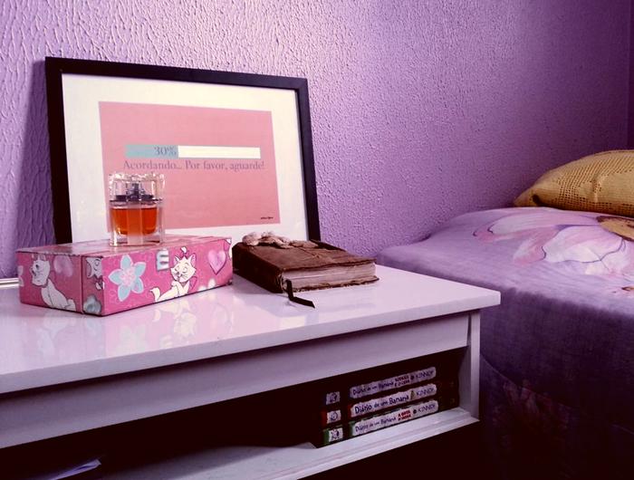 Poster acordando no quarto da Jessica