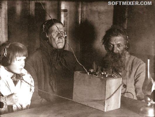 img243421_3-3_Semya_krestyanina_Voronova_slushaet_radio_1928_god