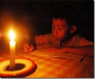 Seorang anak pelajar sedang berusaha tetap belajar walaupun listrik padam-Penyebab Seringnya Pemadaman Listrik Balangan