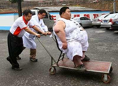 Obeso in Cina trasportato in ospedale con un carrello