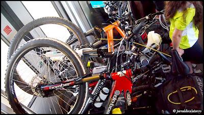 Inghesuiala mare cu bicicletele in tren