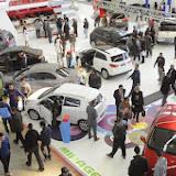 Les concessionnaires résistent à la chute de la demande, Les ventes automobiles baissent de moitié