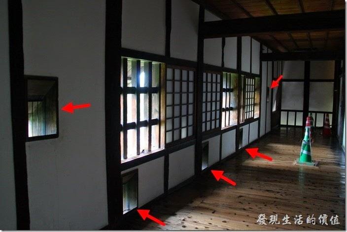 日本北九州-熊本城。「宇土櫓」的「櫓」中文是城上供防禦而無頂蓋的瞭望樓,不過在日本似乎把它蓋子加上了也叫作「櫓」,而且牆壁上到處都可見斜開口供弓箭手射箭之用。所以這「宇土櫓」也被安座在距離大小天守閣一小段距離的城牆邊,作為天守閣的防守之用,也因為沒有跟天守閣連在一起,才能免於當初被燒毀的名運。(照片的箭頭處都是射箭的開孔)
