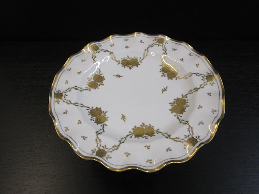 Look at this remarkable gold design on this very delicate cake stand.