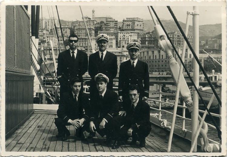 CABO DE BUENA ESPERANZA. Genova 1955. Al centro Segundo Oficial Jose Luis Orrizabalaga. Tercer oficial Lozano y los agregados. Foto Angel Maruri Larrabe.jpg