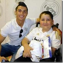 Cristiano Ronaldo ayuda a niño enfermo de cancer