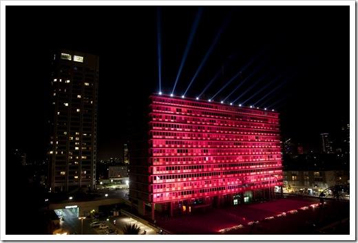 בנין עירית תא יפו מואר באור הורוד לציון המלחמה בסרטן השד בפרויקט העולמי של חב אסתי לאודר העולמית צילום אלבטרוס _1