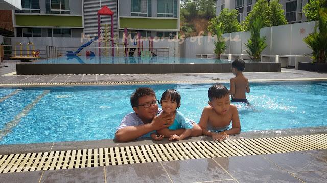 Bercanda di kolam renang