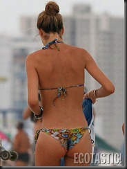 doutzen-kroes-in-a-blue-bikini-at-the-beach-in-miami-08-675x900
