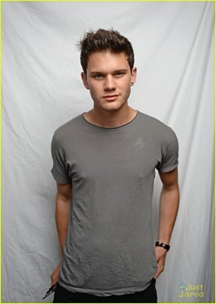 jeremy-irvine-chopard-award-winner-07