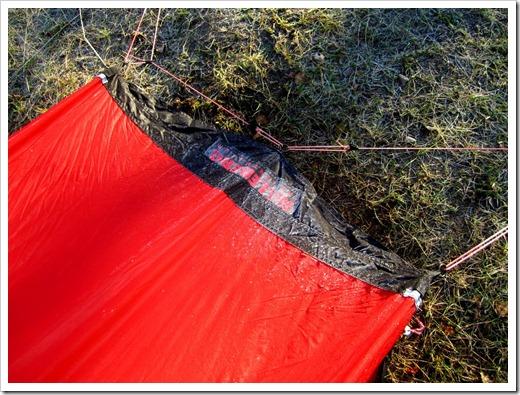 Halv åtta, solen har nu gått upp och börjat tina frosten som legat över hela tältet.