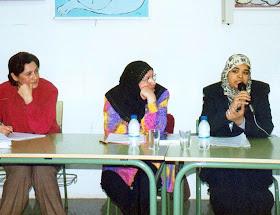 Latifa Boumediane durante una charla en un IES.