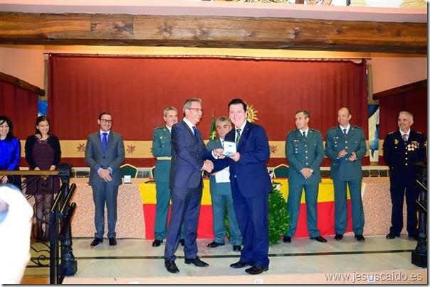 Un momento de la entrega de la medalla y del reconocimiento