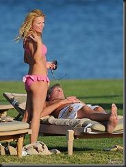 geri-halliwell-bikini-0827-20-675x900